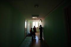 Medici stanno nel corridoio dopo un'operazione fotografia stock libera da diritti