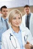 Medici sul corridoio dell'ospedale Fotografia Stock Libera da Diritti