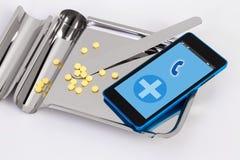Medicijndienblad roestvrij en mobiel op witte achtergrond Stock Foto's