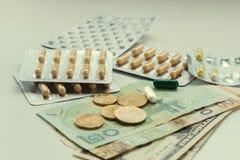 Medicijnen en geld royalty-vrije stock foto