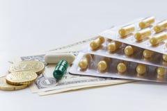 Medicijnen en geld stock afbeelding