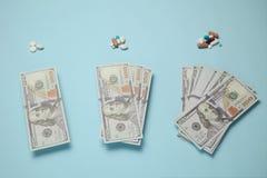 Medicijnen en geld De kosten van behandeling en medische verzekering royalty-vrije stock afbeeldingen
