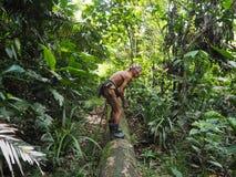 Medicijnman die geneesmiddelen in de wildernis van Siberut zoeken stock fotografie