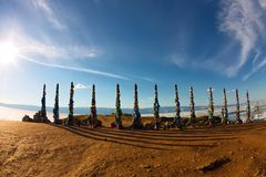 Medicijnmanpolen van serge op Olkhon in de zonsondergang met lange schaduwen Stock Foto