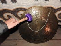 Medicijnmantrommels in de handen van Medicijnmannen ritueel ceremonie noodzaak royalty-vrije stock afbeelding