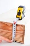 Medición de una caja con la ruleta Imagen de archivo