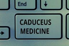 Medicin för Caduceus för textteckenvisning Begreppsmässigt fotosymbol som används i medicin i stället för Stången av Asclepius arkivfoto