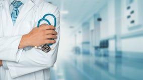 Medicin- och sjukvårdbegrepp Doktor med stetoskopet i kliniken, närbild royaltyfria foton