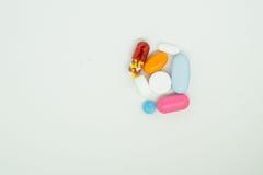 Medicin på vit bakgrund Arkivfoton