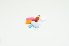 Medicin på vit bakgrund Arkivfoto