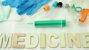 Medicin som är skriftlig på ett vitt stycke av bakgrund Avkokuppsättning stock video