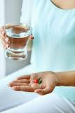 Medicin Vitaminer och preventivpillerar för kvinnlig hand hållande isolerade fängelsekunder för armomsorg hälsa Royaltyfri Foto