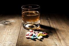 Medicin vs alkohol Arkivbilder