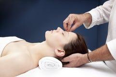 Medicina alternativa para el tratamiento del dolor de cabeza imágenes de archivo libres de regalías