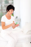 Medicina bebendo da mulher Foto de Stock