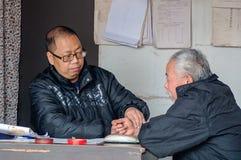 A medicina chinesa é sentir o pulso de um paciente Foto de Stock Royalty Free