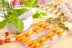 Medicina convencional e medicina alternativa foto de stock