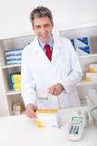 Medicina d'acquisto alla farmacia Fotografia Stock