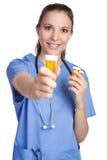 Medicina da terra arrendada da enfermeira foto de stock royalty free