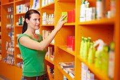 Medicina de compra da mulher na farmácia fotos de stock royalty free