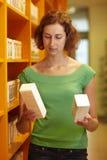 Medicina de compra de la mujer imagen de archivo libre de regalías