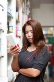 Medicina de compra de la mujer Imagen de archivo