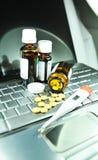 Medicina de compra em linha Foto de Stock Royalty Free