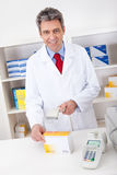 Medicina de compra en la farmacia Foto de archivo
