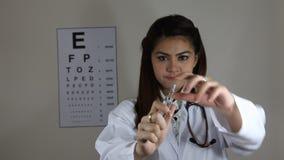 Medicina del dispositivo di venipunzione di manifestazione di medico stock footage