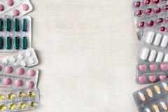 Medicina delle pillole degli antibiotici dei prodotti farmaceutici falsa su fotografia stock libera da diritti