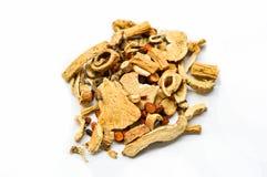 Medicina di erbe cinese secca tradizionale isolata su fondo bianco immagini stock
