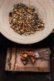 Medicina di erbe e medicina naturale Miscela di Herbal dell'erborista fotografie stock