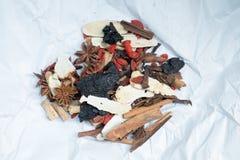 Medicina di erbe sullo strato bianco Fotografia Stock