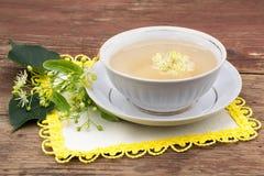 Medicina di erbe: tè con i fiori del tiglio Immagini Stock