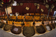 Medicina di erbe, venditore ambulante delle erbe medicinali, benessere, spi Fotografia Stock