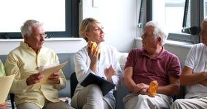 Medicina di prescrizione di medico femminile agli anziani stock footage