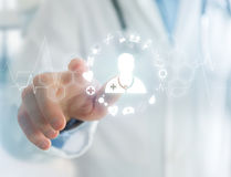 Medicina e icono general de la atención sanitaria exhibidos en una tecnología i Imagenes de archivo