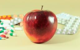 Medicina e mela Immagine Stock