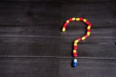 Medicina e tipos coloridos diferentes de comprimidos no fundo preto Fotos de Stock Royalty Free