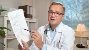 Medicina em linha O doutor masculino recomenda o paciente que usa o bate-papo video filme