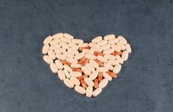Medicina, farmacologia, o tratamento do coração, cápsulas, comprimidos, tabuletas Fotos de Stock Royalty Free