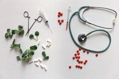 Medicina herbaria CONTRA medicina química el coche sano alternativo Foto de archivo