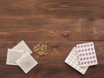 Medicina herbaria y medicina de la sustancia química en fondo de madera Foto de archivo libre de regalías