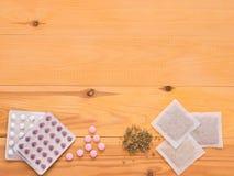 Medicina herbaria y medicina de la sustancia química en fondo de madera Imagenes de archivo