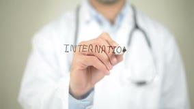 Medicina internacional, escritura del doctor en la pantalla transparente almacen de metraje de vídeo