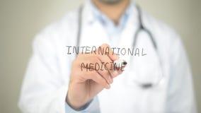 Medicina internazionale, scrittura di medico sullo schermo trasparente Immagini Stock