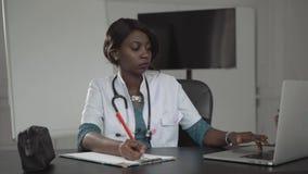 Medicina, la gente e concetto di sanità - perizia medica afroamericana femminile felice di scrittura dell'infermiere o di medico  archivi video