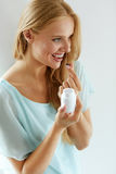 medicina Menina bonita que toma a medicamentação, vitaminas, comprimidos fotografia de stock royalty free