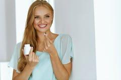medicina Menina bonita que toma a medicamentação, vitaminas, comprimidos foto de stock