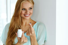 medicina Menina bonita que toma a medicamentação, vitaminas, comprimidos fotos de stock